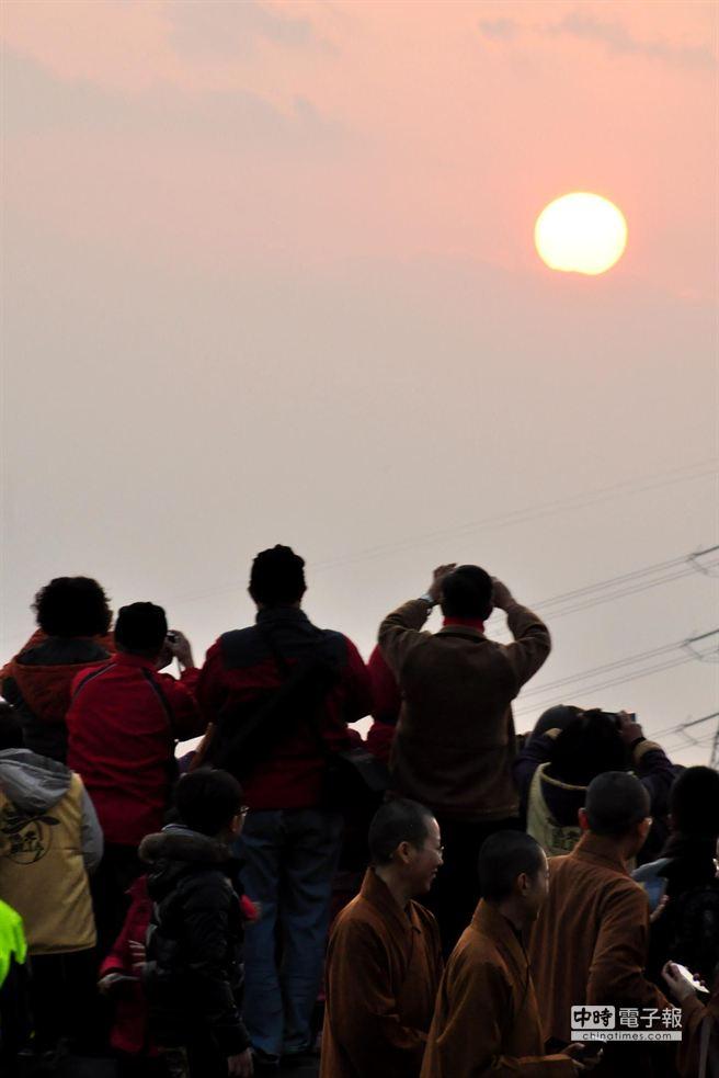 曙光乍現,數千名遊客前往宜蘭佛光大學看日出。(佛光大學提供)