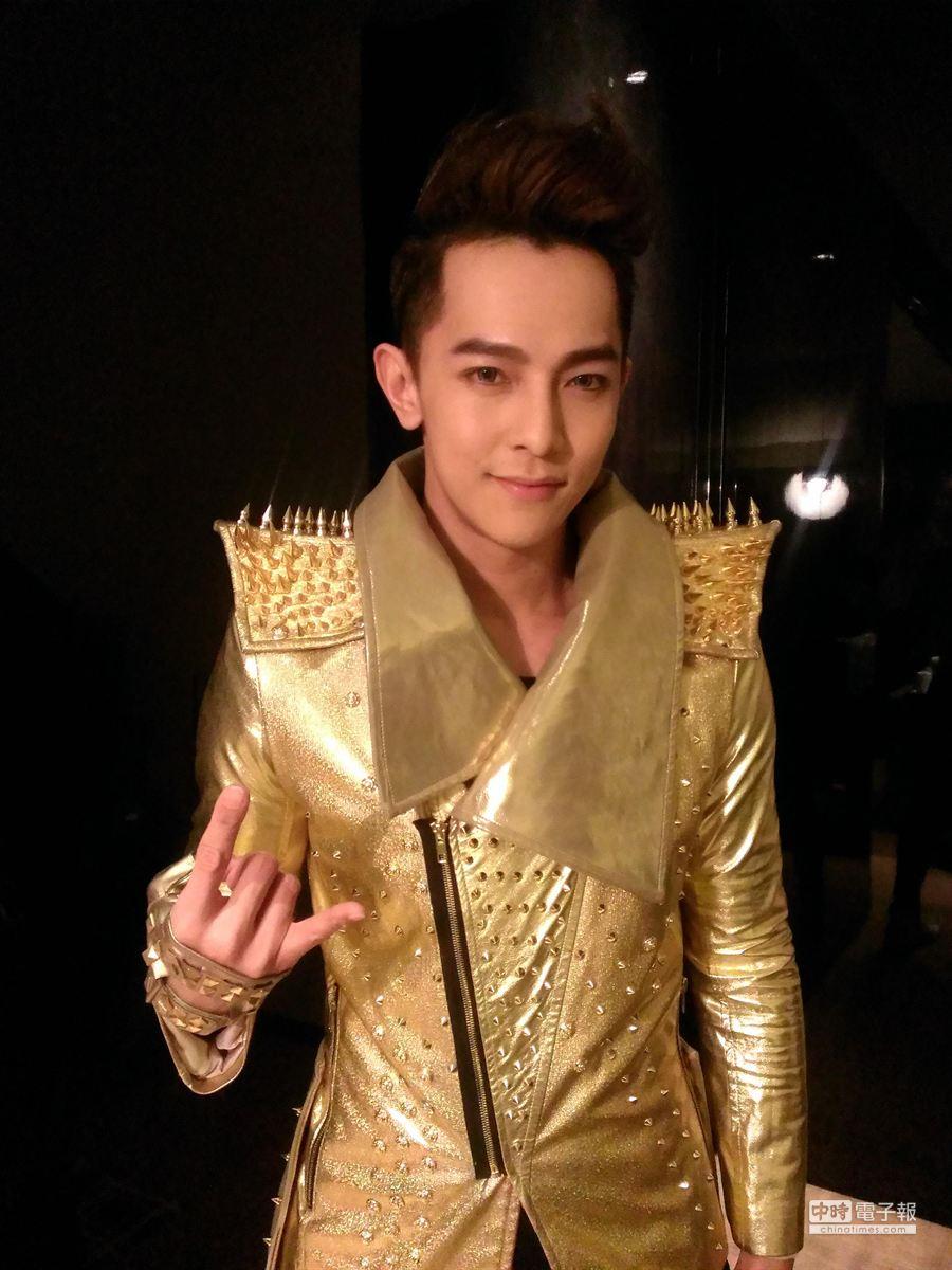 汪東城身穿金色戰袍登廣州電視跨年晚會舞台。