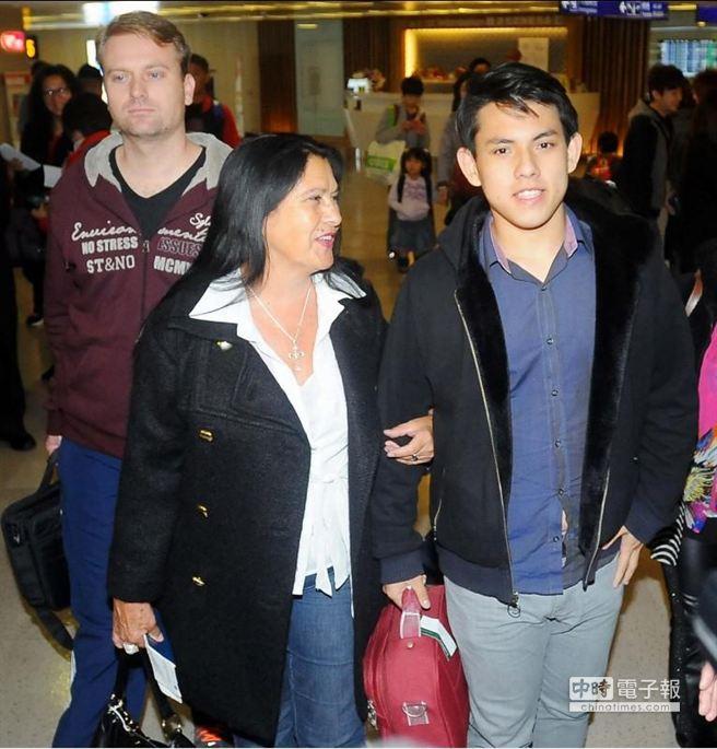 吳憶樺(右)在養母葉特納(左)與義兄卡西歐(後)陪伴下搭機抵台。(高興宇攝)