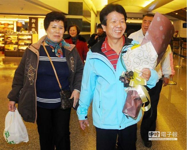 吳憶樺返台探親,叔叔吳火眼(右)、嬸嬸李素華等共10名親友,帶著鮮花及禮物搭高鐵提早抵達桃園機場接機。(高興宇攝)