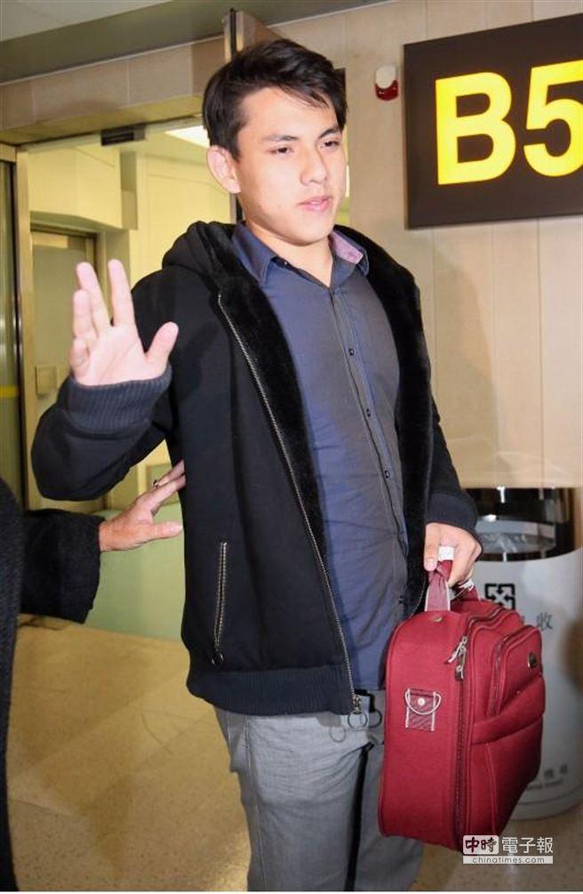 吳憶樺用生澀的中文向媒體說謝謝,很有福氣回到台灣。(陳信翰攝)