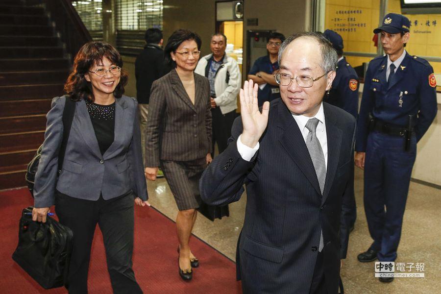 檢察總長黃世銘(右)與律師王如玄(左)、王清峰(中)滿臉笑容步出地方法院。(陳振堂攝)