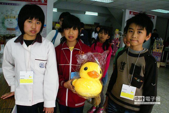 不少小朋友為了闖關寧可犧牲吃大餐,他們最想要的都是圖片中這隻黃色小鴨。(周麗蘭攝)