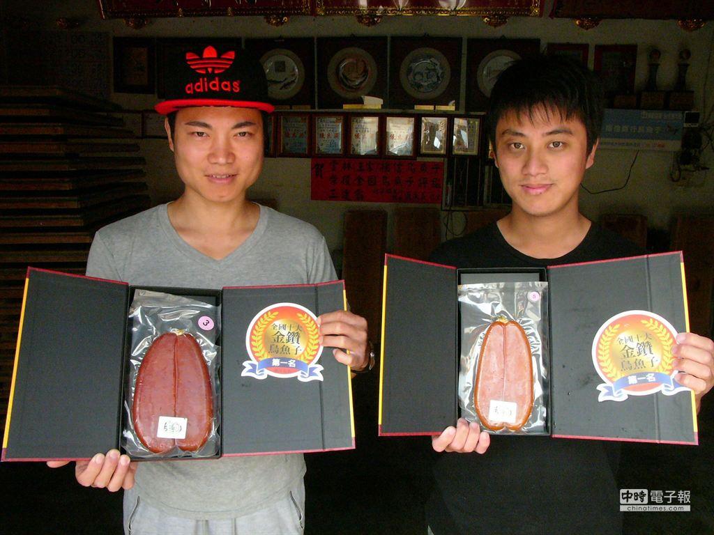 烏魚養殖加工業者王偉名(左),連續5年拿下「全國十大金鑽烏魚子」第一名,創下比賽空前紀錄。(張朝欣攝)