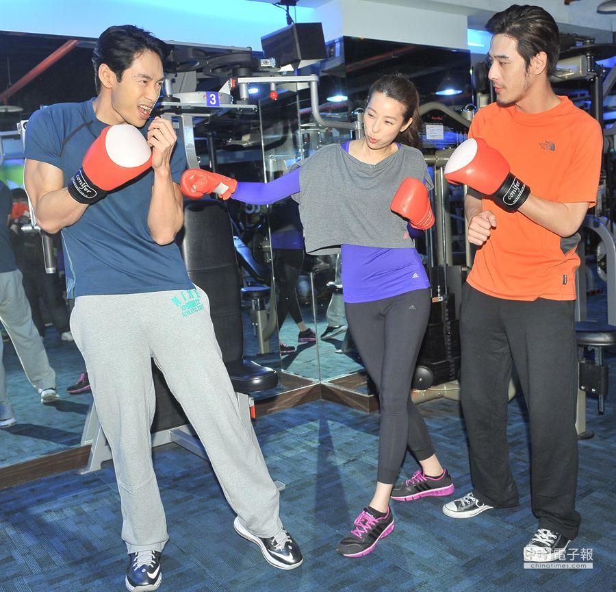 公視「白袍下的高跟鞋」探班,黃騰浩、賴雅妍、路斯明三人穿戴起拳套,有模樣擺起拳擊姿態。(盧禕祺攝)