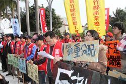 反對高教鬆綁 大專校長會議場外抗議