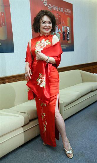 藝人侯麗芳捐贈湘繡旗袍給自然科學博物館