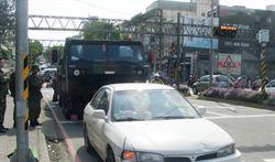 部隊移防 裝甲車不慎擦撞民車