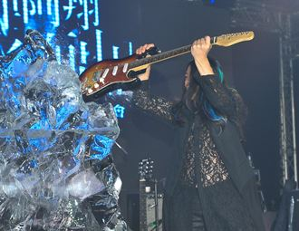 亂彈阿翔《破水而出》專輯記者會用吉他敲冰磚