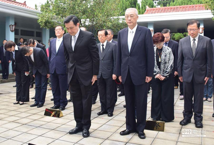 總統馬英九(前排左)與副總統吳敦義(前排右)今(12日)到頭寮陵寢謁陵,過程莊嚴肅穆。(林駿剛攝)