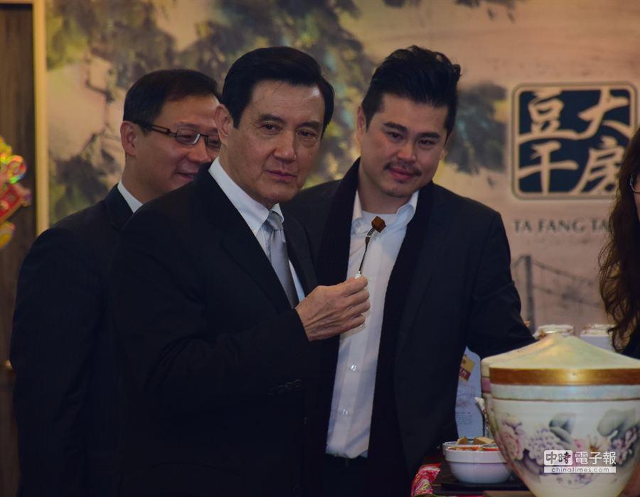 總統馬英九謁陵後到大溪著名大房豆干買了5600元原味豆干做伴手禮。(林駿剛攝)