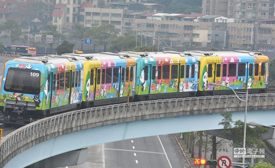 台北市捷運文湖線彩繪列車-「圓仔列車」。(季志翔攝)