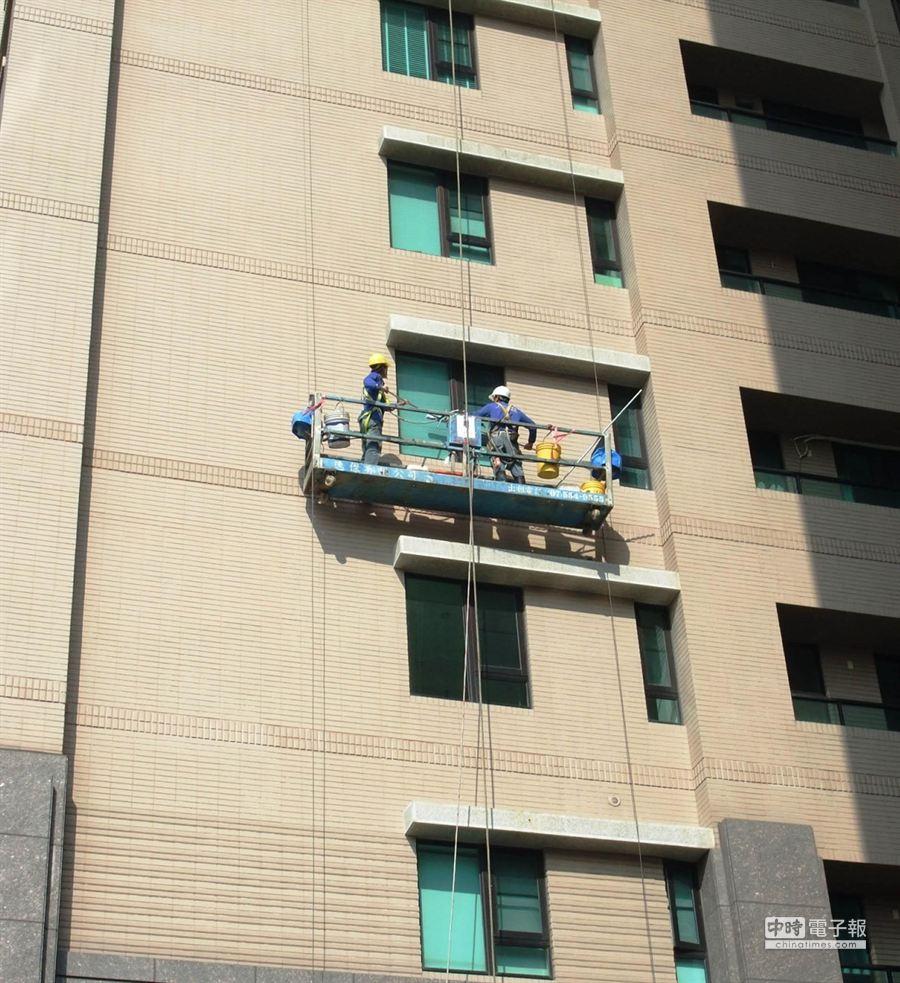 高市勞工局在扁嫂所住的「人文首璽」大樓,進行吊籠外牆清潔、維修作業宣導。(張啟芳攝)