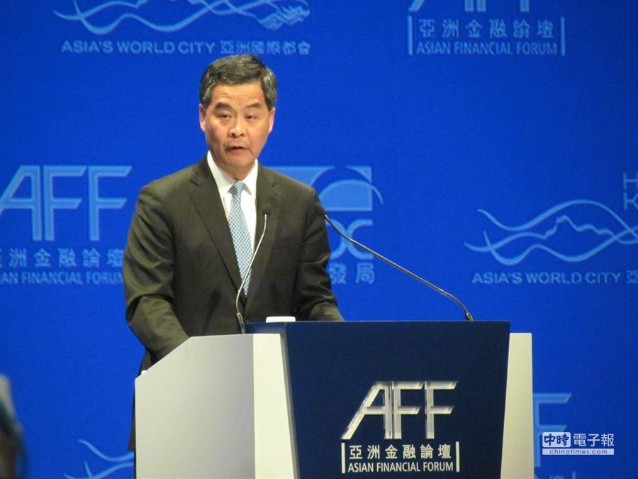 香港特首梁振英今(13)日出席「亞洲金融論壇」,對於香港的人民幣業務發展抱持樂觀看法。(黃欣攝)