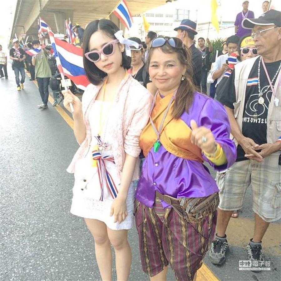 代稱為yamyam_24的泰國女生在社群媒體貼圖文,表示為了國家與泰王,支持「癱瘓曼谷」行動。(摘自網路)