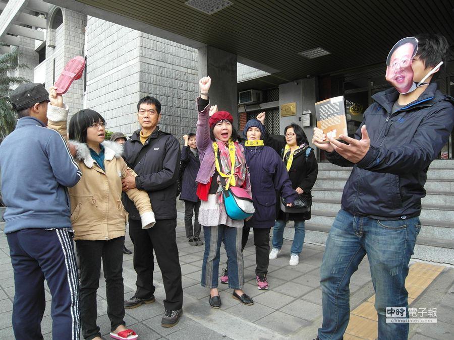 學生團體在法院外上演行動劇反諷行政院長江宜樺。(張嘉文攝)