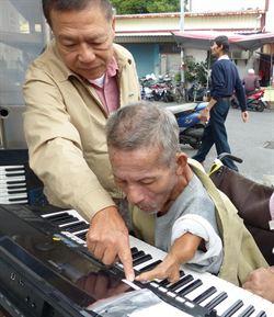 善人籌資 送殘疾樂師電子琴