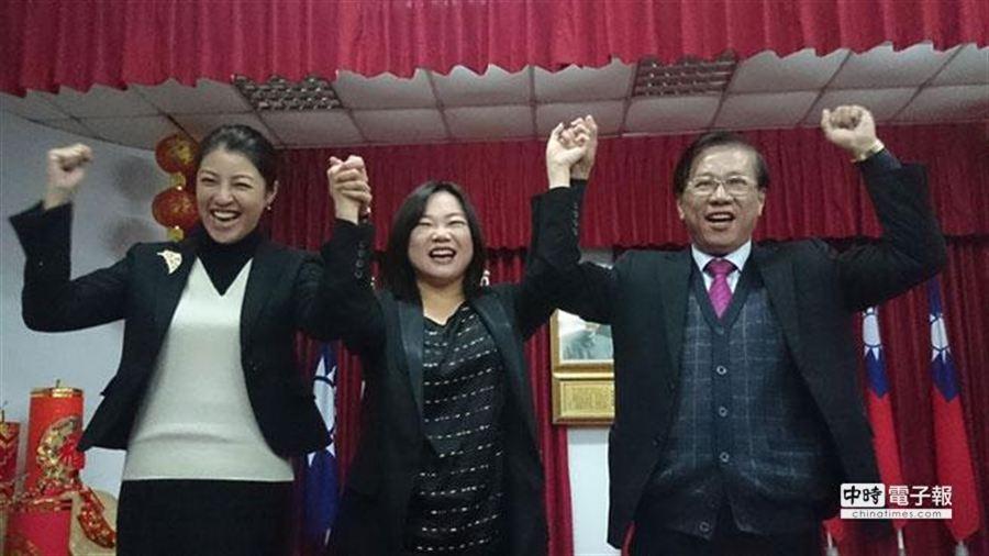 國民黨南投縣長黨內民調出爐,林明溱勝出,和馬文君(中)、許淑華高喊當選,營造團結氣氛。(廖志晃攝)