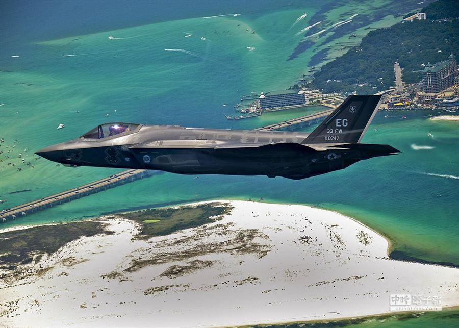 美軍第一架可實用化的F-35A移防艾格林空軍基地的檔案照。(取自維基百科)
