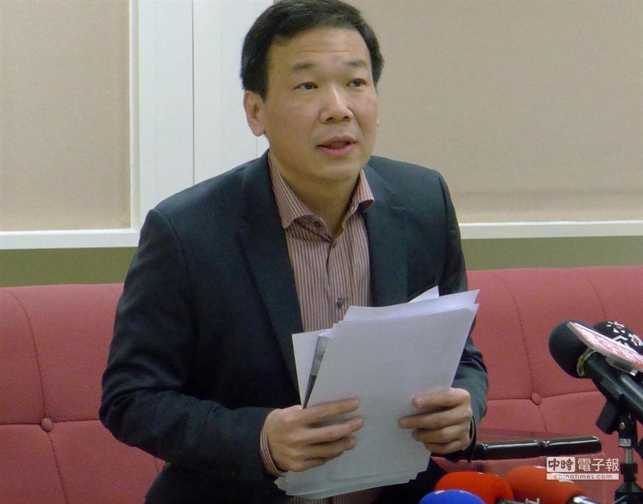 台北市議員鍾小平再翻舊帳,針對去年連勝文捲入頂新TDR風波,對連提出告訴。(江慧珺攝)