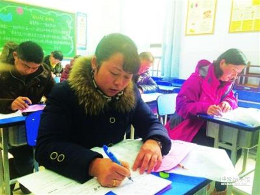 家長們參加期末考試。(摘自武漢晨報)
