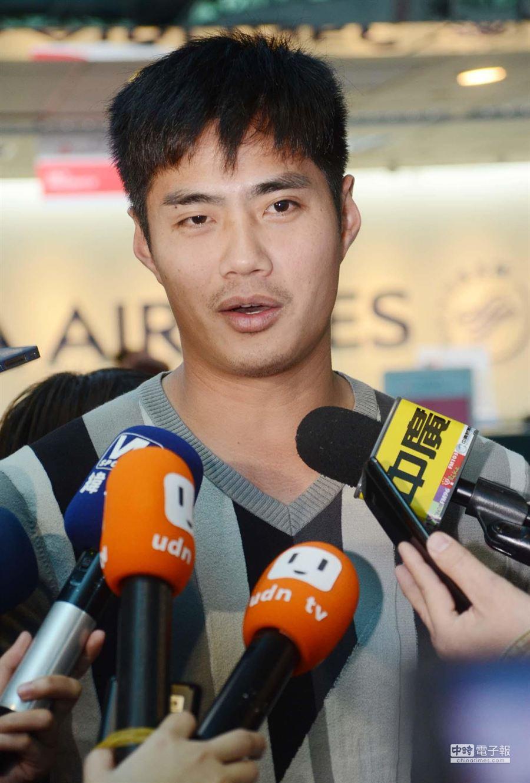 旅美棒球投手陳偉殷15日搭機離台,返美後他將先給當時開刀的主治醫師檢查,隨後再向球隊報到參加美國大聯盟春訓。(高興宇攝)