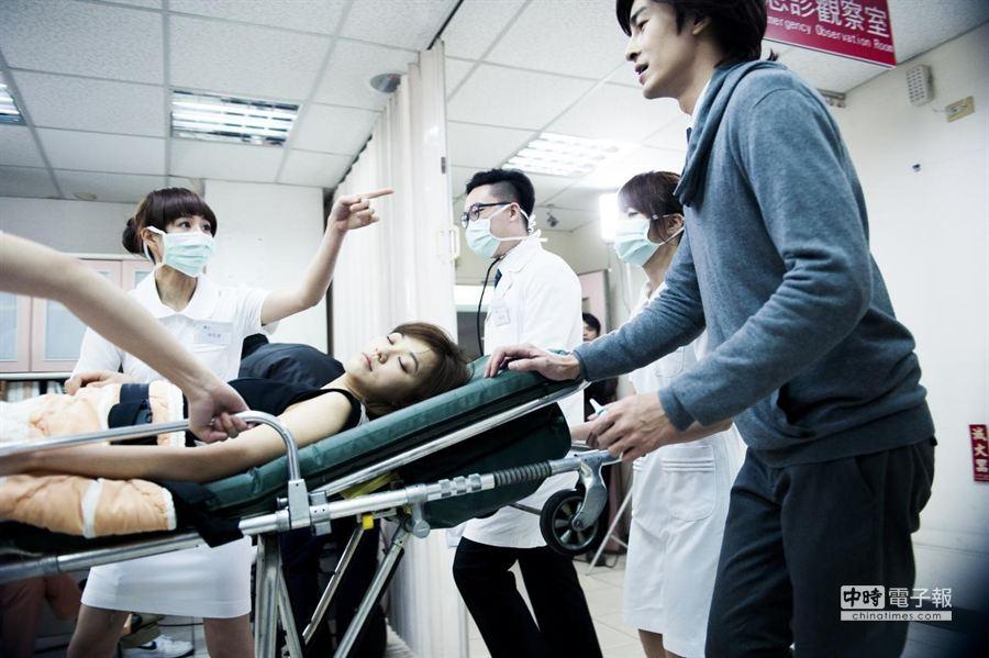 陳意涵躺在病床上演屍體。(氧氣公司提供)