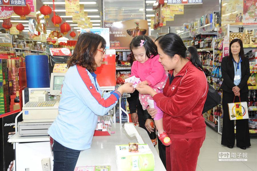 全聯社與慈善事業基金會捐助弱勢家庭愛心福利卡,江媽媽帶3歲女兒採購刷卡。(陳慶居攝)
