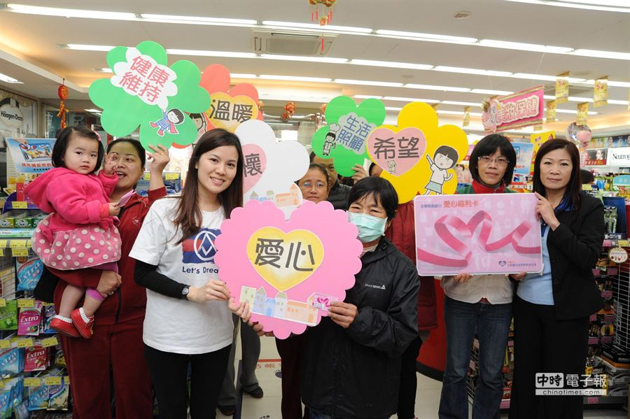 區經理陳素敏(右起)與家扶中心社工督導吳明慧,主持捐贈愛心福利卡儀式。(陳慶居攝)