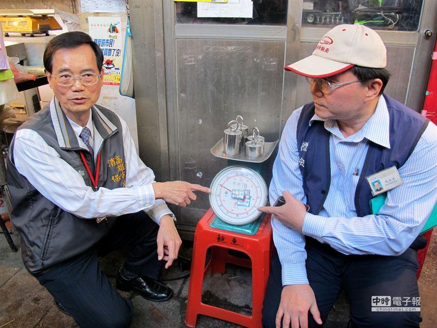 高雄市年貨大街三鳳中街備有公秤,消費者如果不放心斤兩,可以再過秤。(呂素麗攝)