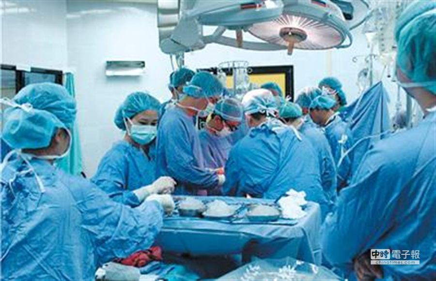 圖為台南奇美醫學中心日前同步為4名心肝腎衰竭病患進行移植手術。(本報資料照片/曹婷婷翻攝)
