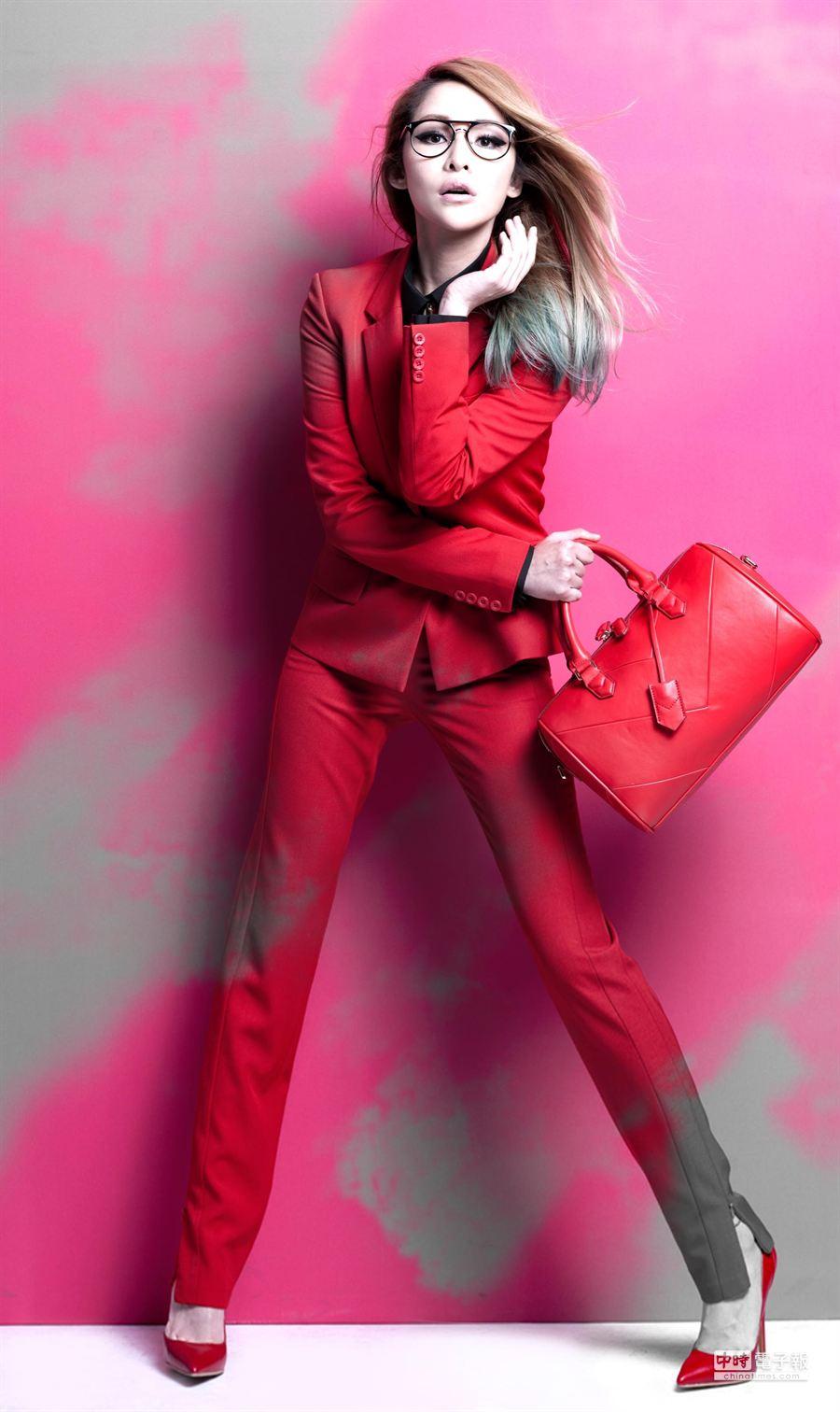 蕭亞軒一身紅,為品牌旗艦店作宣傳。(Carry Me 提供)