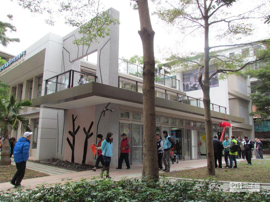 員林市民活動中心16日啟用,環境清幽。(葉德正攝)