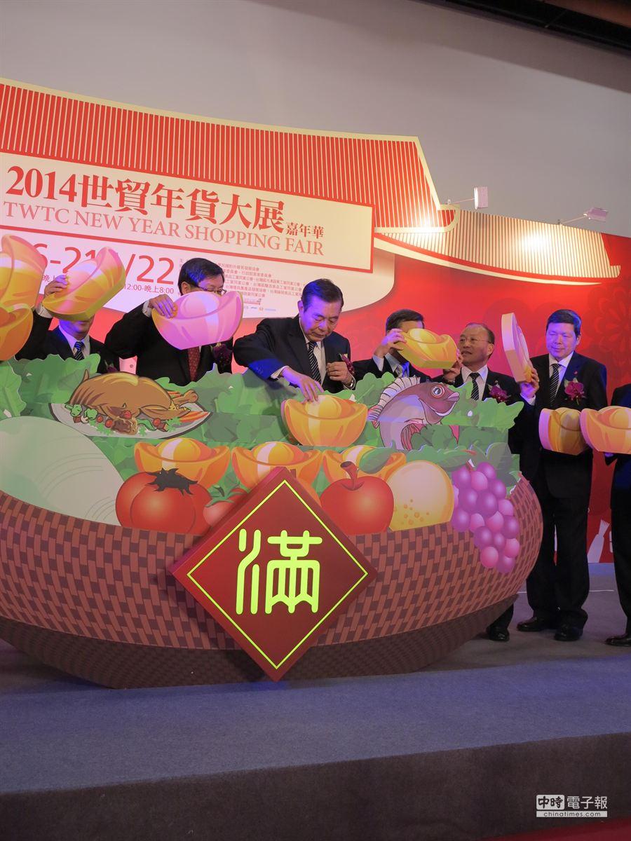 王志剛主持世貿年貨大街開跑揭幕儀式,要搶觀光客的元寶。(馮景青攝)