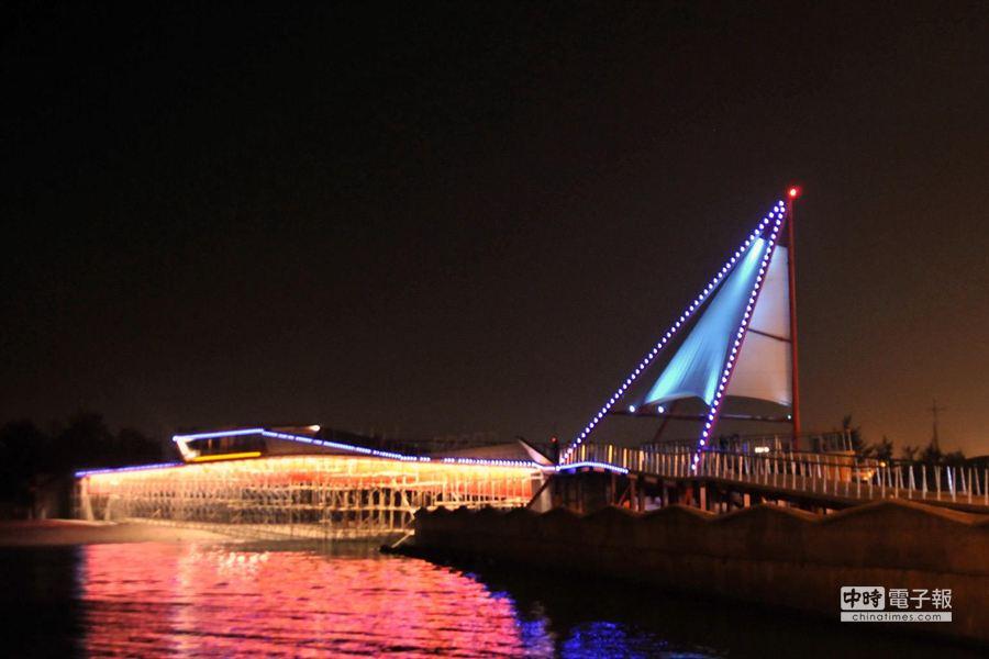 龍鳳漁港的夜景,有如戰鬥機般,請攝影同好各自取景。(陳慶居攝)