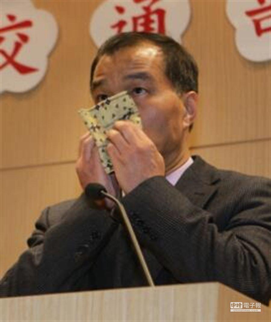 針對國民黨立委蔡正元再爆交通部長葉匡時的豪華生日宴在「小故宮」,葉匡時16日在交通部公開說明。(王遠茂攝)