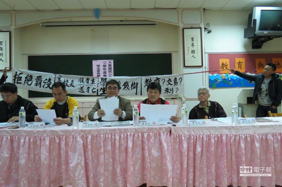 王姓家長今晚在大雅國小家長委員會上拉白布條控訴。(趙麗妍攝)