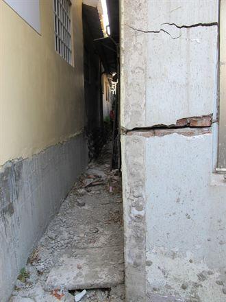 排水溝年久失修 外埔民宅裂地下陷
