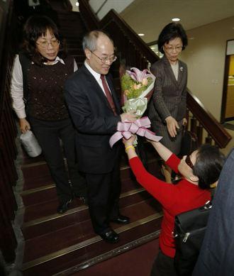 支持者向檢察總長黃世銘下跪獻花