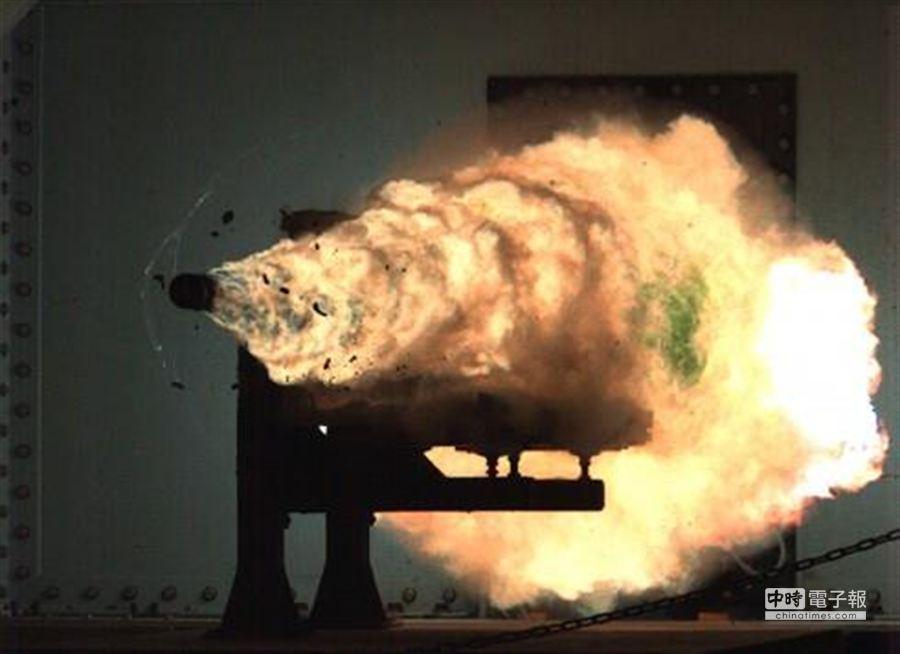 2008年美國海上戰爭中心的電磁軌道炮試射,射出的炮彈產生了大量的等離子煙霧。(圖取自中國新聞網)