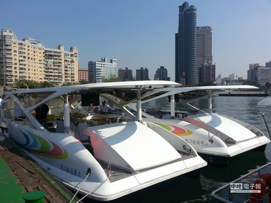 2艘第三代太陽能船,17日正式加入愛河觀光行列。(顏瑞田攝)