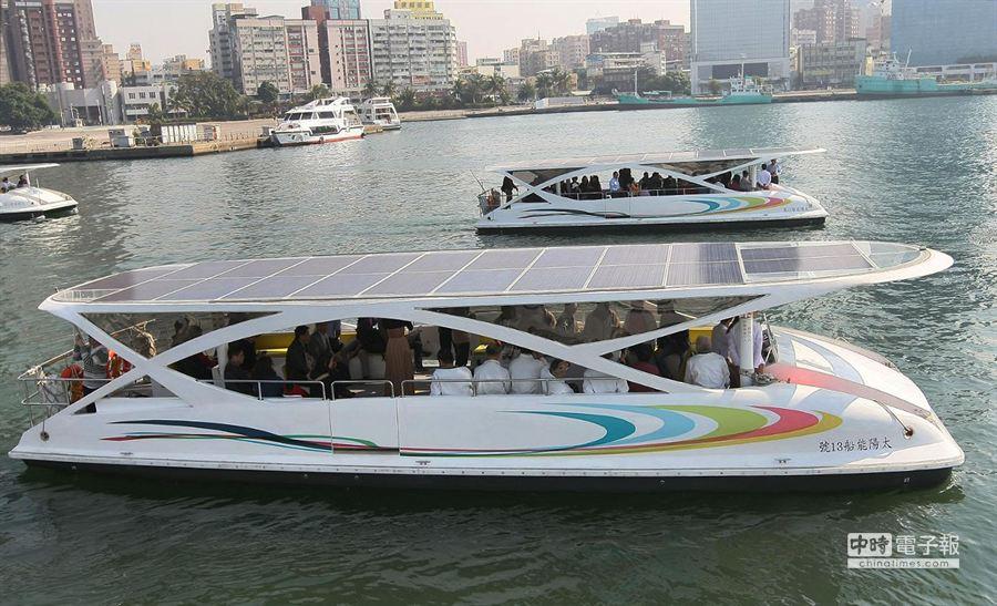第3代2艘太陽能愛之船船體新增了七彩流線條更增視覺美感。(謝明祚攝)