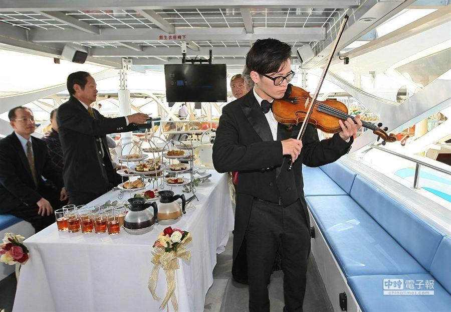 新太陽能愛之船客艙座位可改為餐桌在愛河上舉行派對。(謝明祚攝)