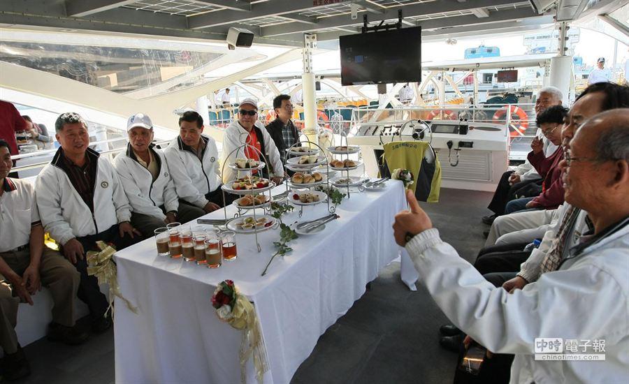 新太陽能愛之船客艙座位可改成寬敞的宴會場地。(謝明祚攝)