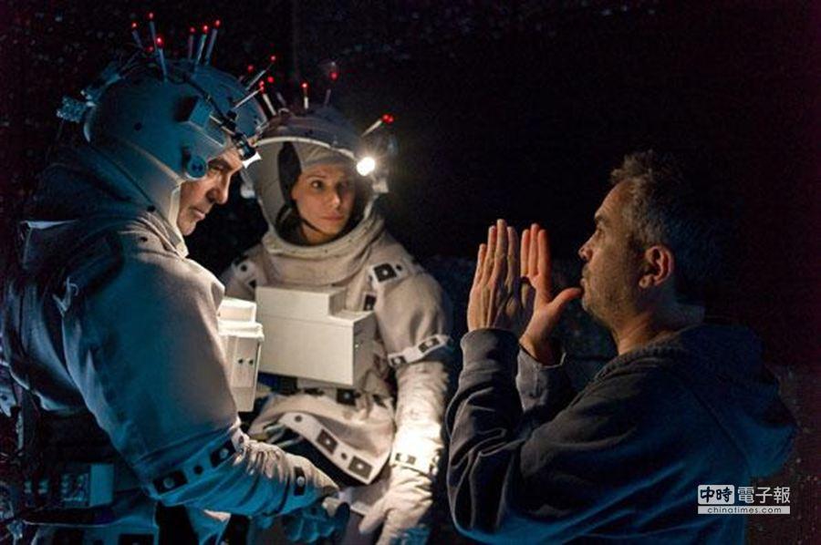 《地心引力》由珊卓布拉克、喬治庫隆尼共同演出。(華納提供)
