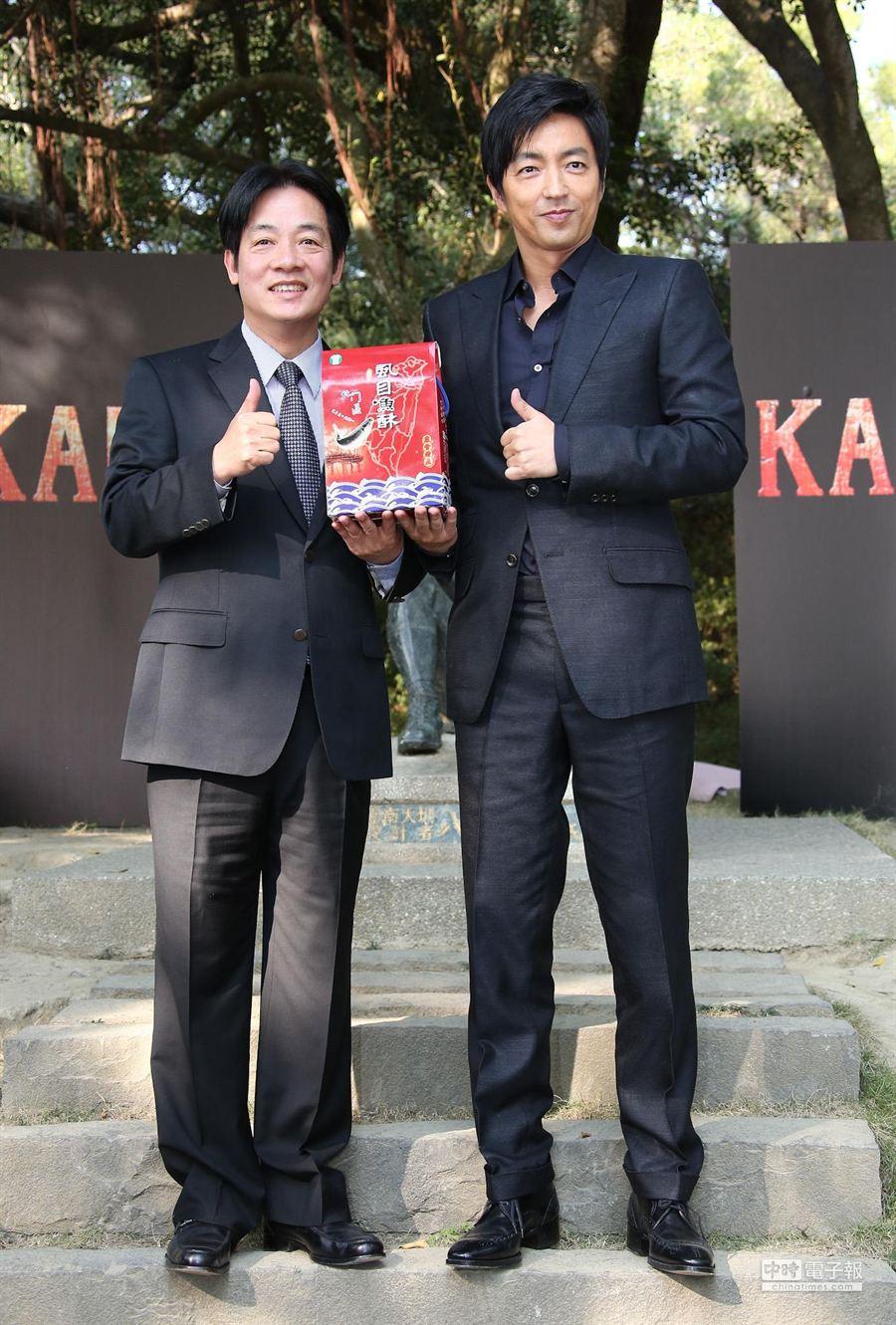 台南市長賴清德贈送大澤隆夫虱目魚酥。(羅永銘攝)