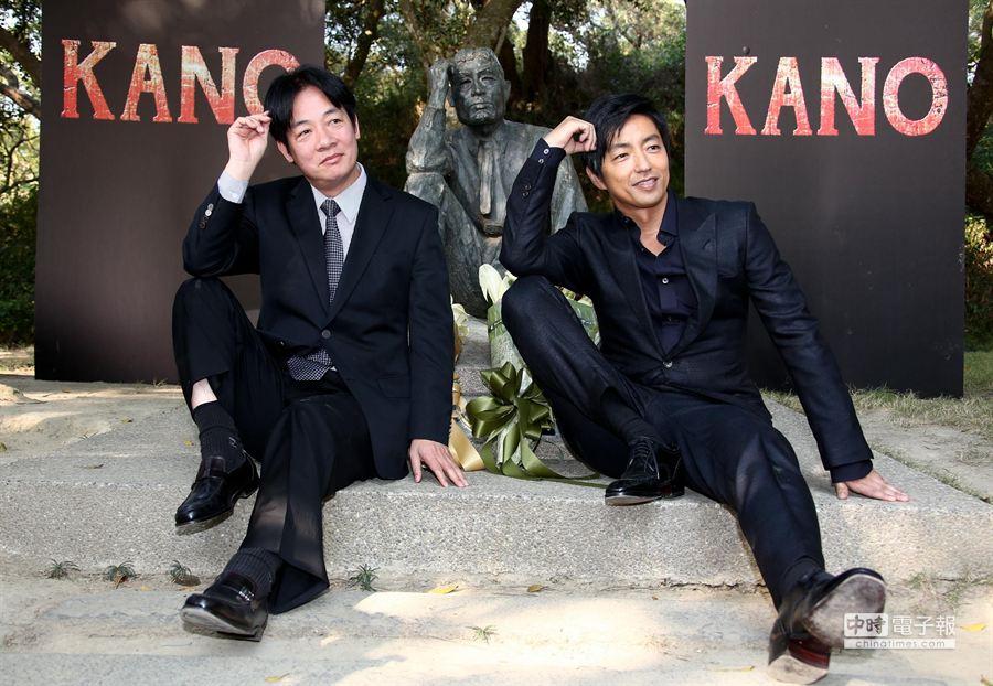 台南市長賴清德和大澤隆夫一同模仿八田與一雕像坐姿。(羅永銘攝)