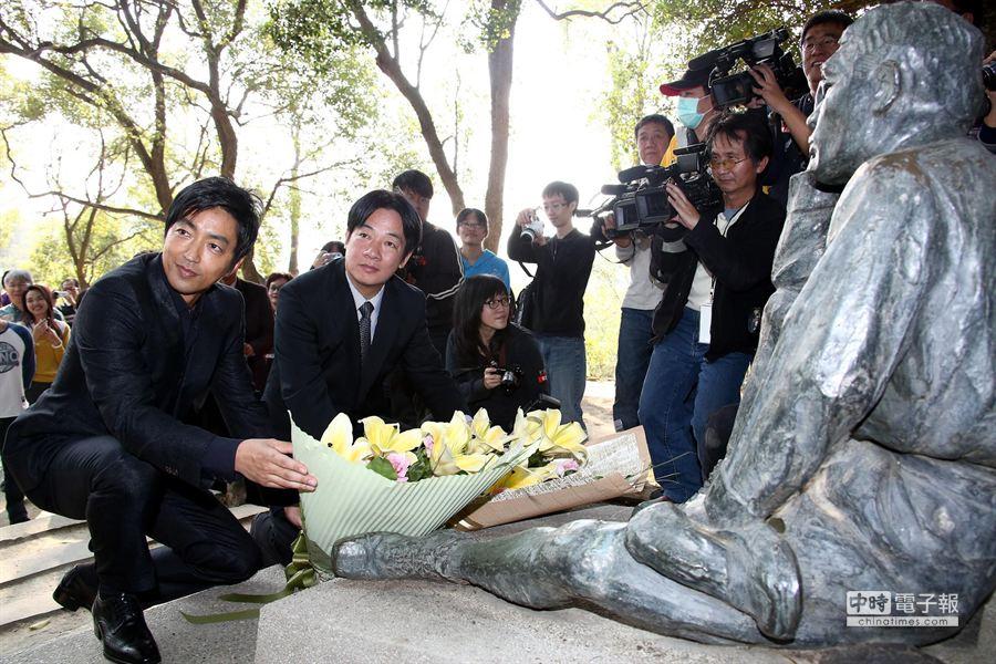 台南市長賴清德和大澤隆夫一同向八田與一獻花。(羅永銘攝)
