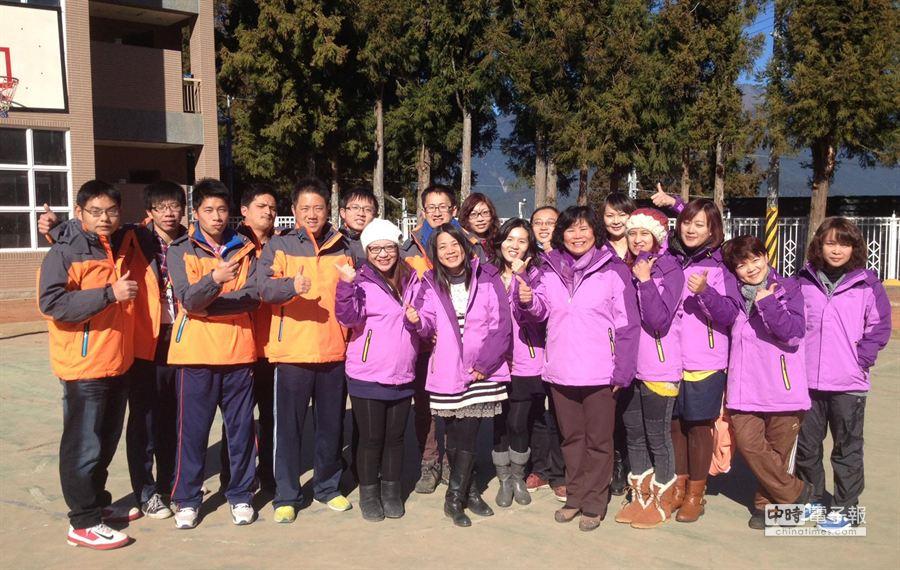 教育局體恤偏遠地區學校教職員工辛勞,採購345件禦寒外套給12所偏遠地區國小中教職員,讓大家暖暖過年。(陳世宗攝)