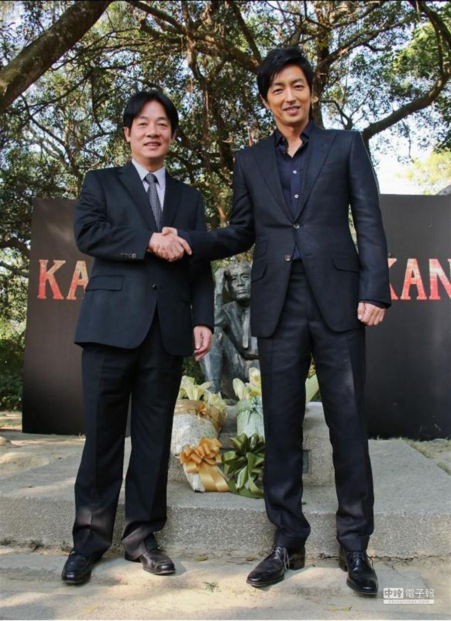 KANO電影記者會。圖為台南市長賴清德和大澤隆夫相見歡。(羅永銘攝)